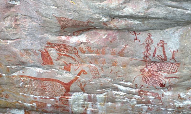 Portada: Pinturas rupestres del Parque Nacional Chiribiquete en Colombia, vistas por vez primera por personas no nativas. (Imagen de Mike Slee)