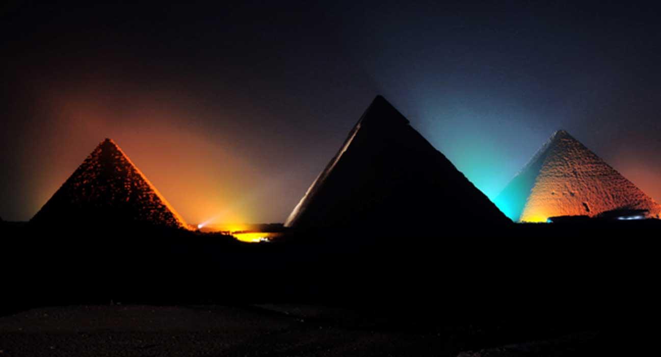 Portada - Las pirámides de Guiza de noche. Fuente: Dominio público