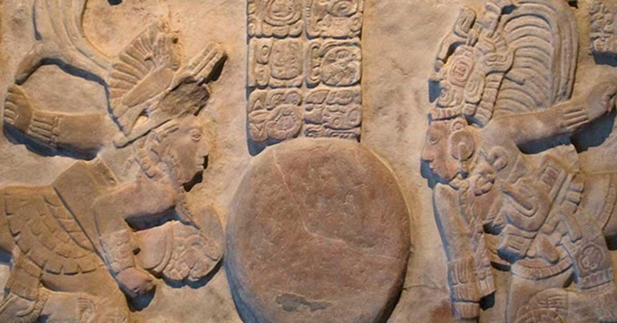 Portada - La Tercera Creación del Universo por los Señores Divinos de Toniná, Garra de Jaguar (izquierda) y Kinich Baknal Chaak (derecha). Museo Nacional de Antropología, Ciudad de México. (CC BY SA 4.0)
