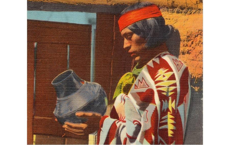 Portada-Esta postal, publicada entre 1930 y 1945, muestra a un indio Pueblo sosteniendo en sus manos una vasija de Cerámica Negra de San Ildefonso. (Wikimedia Commons)