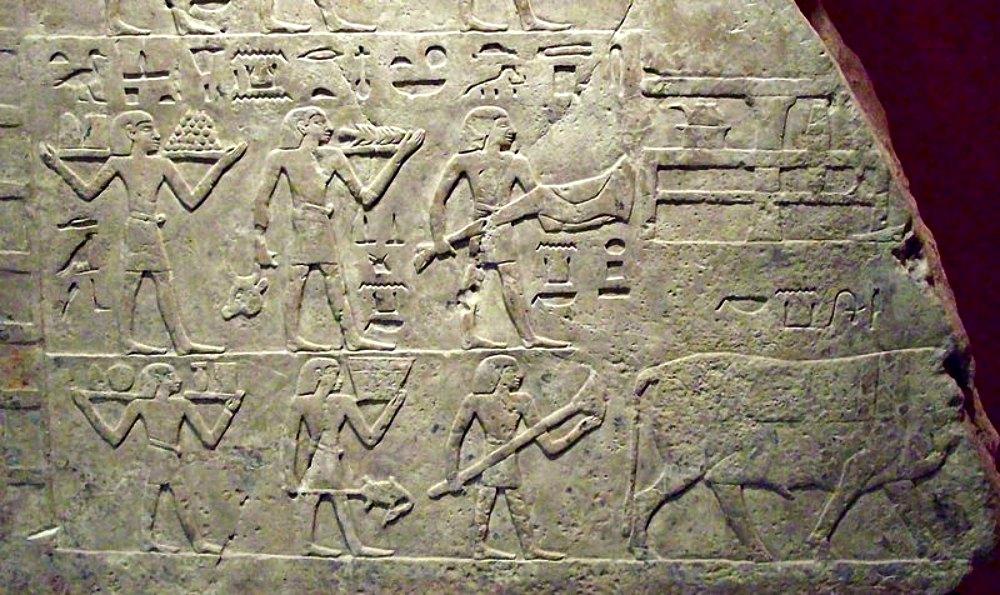 Portada-Vista parcial del bajorrelieve de la pared norte de la cámara funeraria egipcia que albergaba las tumbas del gobernador de distrito Neferjau y de una mujer llamada Sat-Bahetep (probablemente su esposa). Descubierto en Heracleópolis Magna, ha sido datado entre las dinastías IX y XI. Muestra un ritual funerario de ofrenda de alimentos para el 'ka' ('espíritu') de la difunta Sat-Bahetep. Museo Arqueológico Nacional de Madrid, España. (Public Domain)