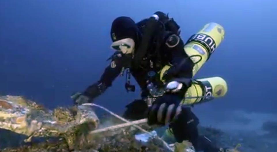 Portada-Submarinista en el momento de recuperar un objeto hallado sobre el lecho marino de Antikytehra. Fuente: Captura de Pantalla / DailyMail video.