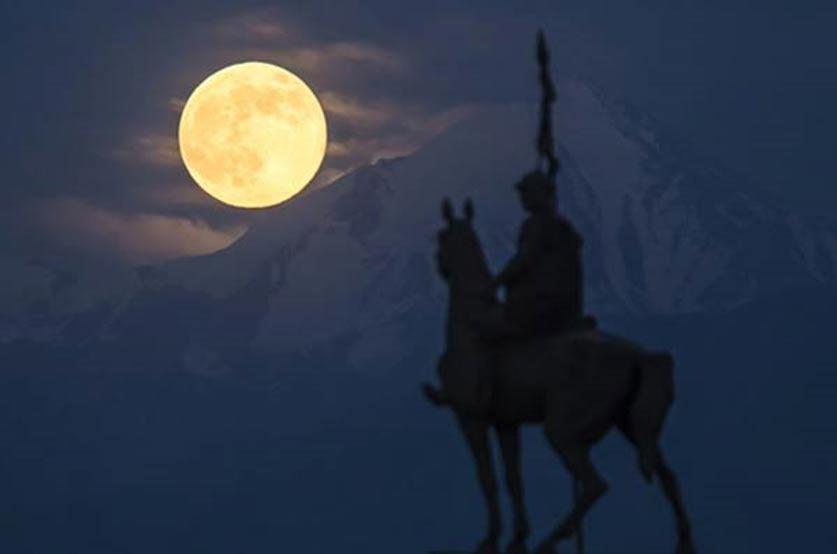 Portada - Superluna elevándose por encima de los montes Tian Shan. Autor: Shamil Zhumatov