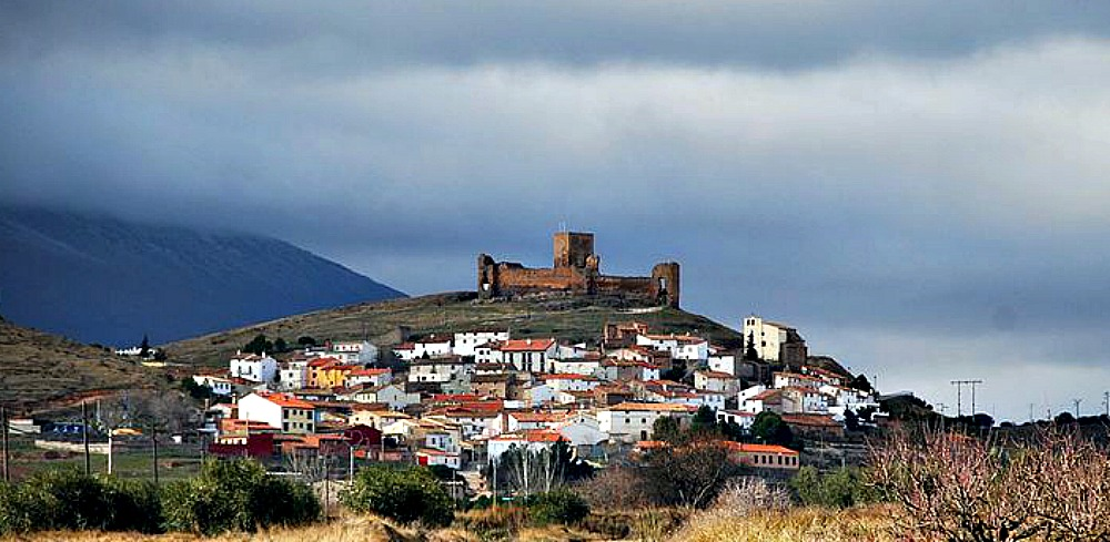 Portada-Fotografía del pueblo maldito de Trasmoz, con su legendario y misterioso castillo. (Juanje 2712/ CC BY –SA 3.0)