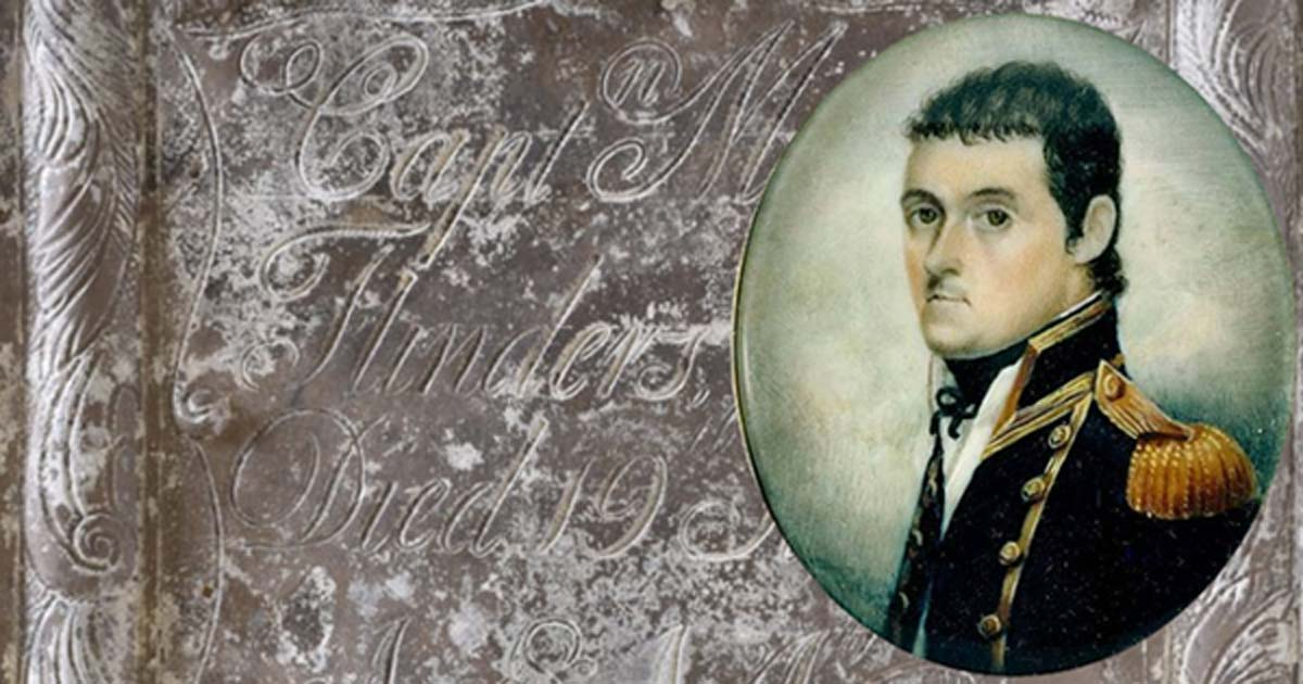 Portada - Detalle de la placa de la tumba del capitán Matthew Flinders. (HS2) Inserto: Retrato en miniatura a la acuarela del navegante británico Matthew Flinders, datado en torno al año 1800. (Biblioteca Estatal de Nueva Gales del Sur/CC BY SA 3.0)