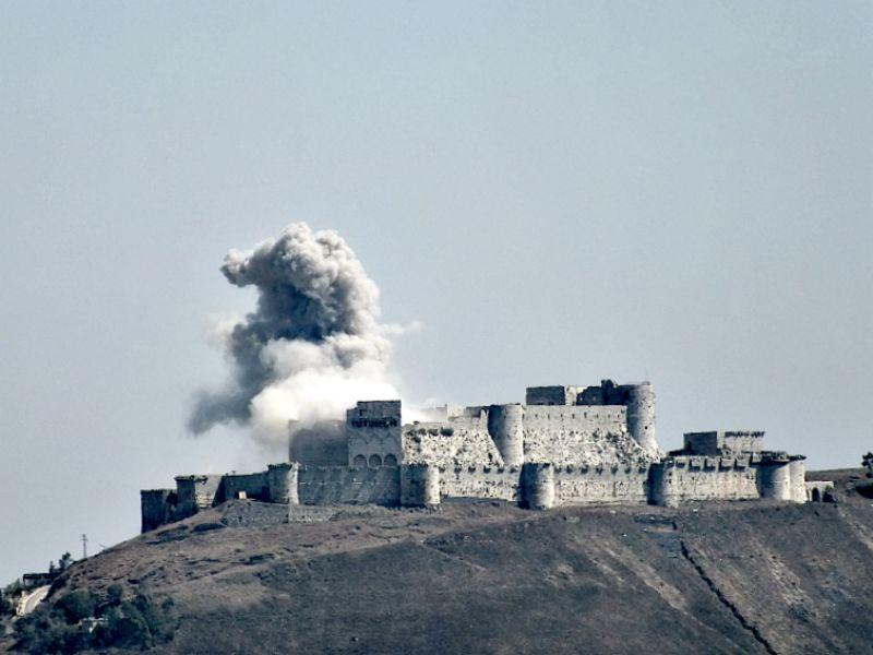 Portada-El Castillo de los Caballeros de las cruzadas, Siria. Construido en el siglo XI sobrevivió a siglos de batallas y desastres naturales y en el año 2006 fue declarado Patrimonio Mundial. Sin embargo, sus muros han sufrido fuertes daños a causa de los ataques aéreos y por culpa de la artillería durante el conflicto sirio, al fortificarse los rebeldes en su interior. (Wikimedia Commons)