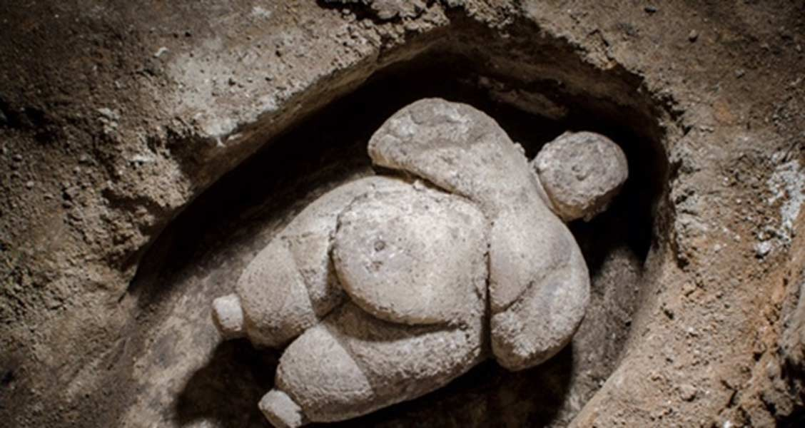 Portada - Figurita femenina descubierta en el antiguo asentamiento neolítico de Çatalhöyük (Turquía). (Daily Sabah)