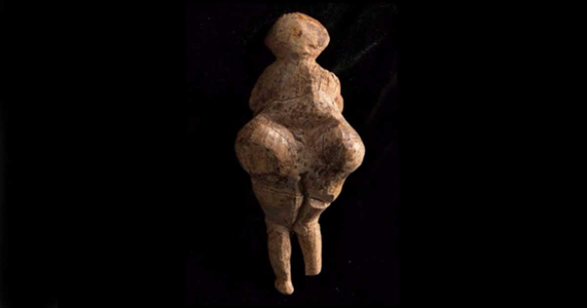 Portada - Vista posterior de la estatuilla tipo 'Venus' recientemente descubierta en Rusia. Su antigüedad se ha datado mediante carbono-14 en 23.000 años. (Fuente: Instituto de Arqueología y Etnografía de Rusia).