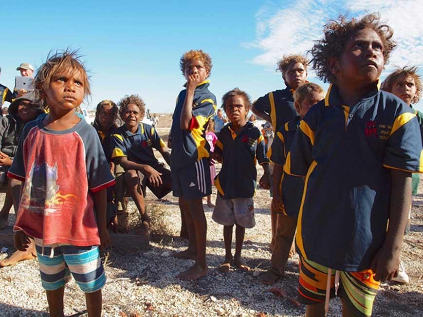 Portada - Niños aborígenes de una remota comunidad del desierto del interior de Australia (Dominio público)