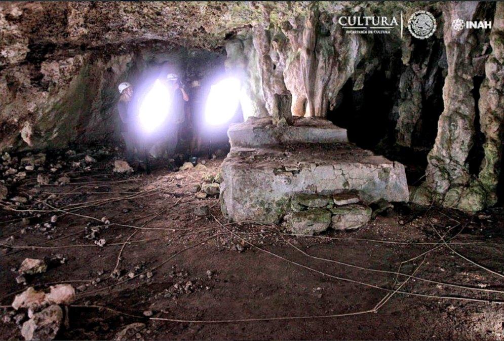 Portada - El equipo de expertos del INAH frente al magnífico altar maya descubierto recientemente. (Fotografía: INAH/Leyla Ortega. Proyecto GAM)