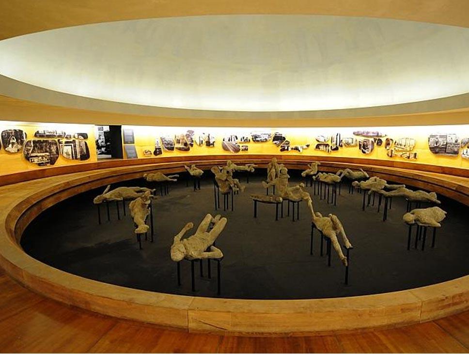 portada: Los cuerpos de unas 20 víctimas de la erupción volcánica del 79 d. C. estarán expuestos hasta el 27 de Septiembre del 2015 en un antiguo anfiteatro. (Foto de Mario Laporta, de AFP)