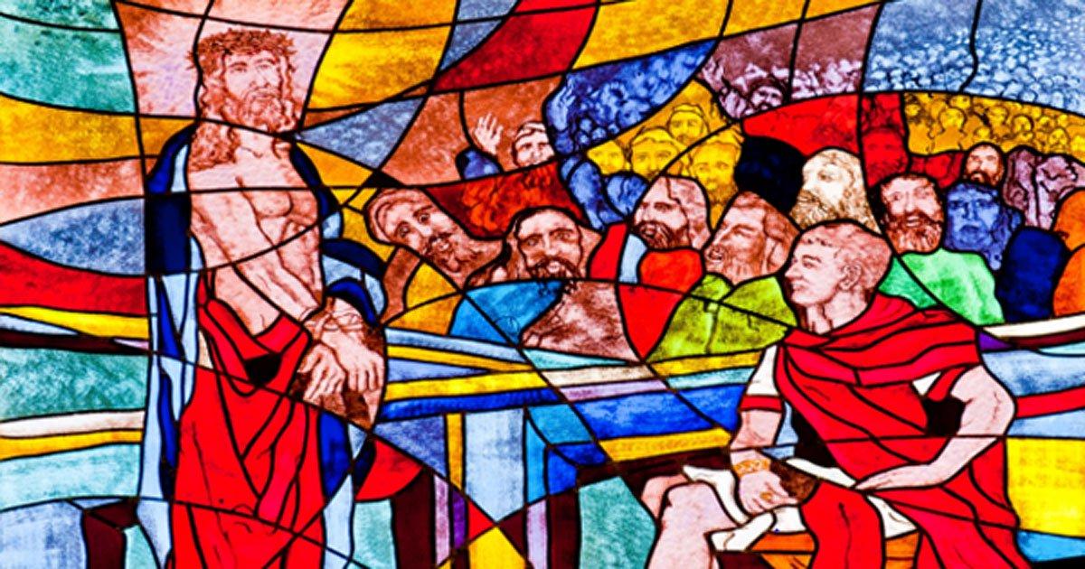 Portada - Vidrieras coloreadas con la imagen de Poncio Pilatos condenando a muerte a Jesús. Fuente: marinv/Adobe