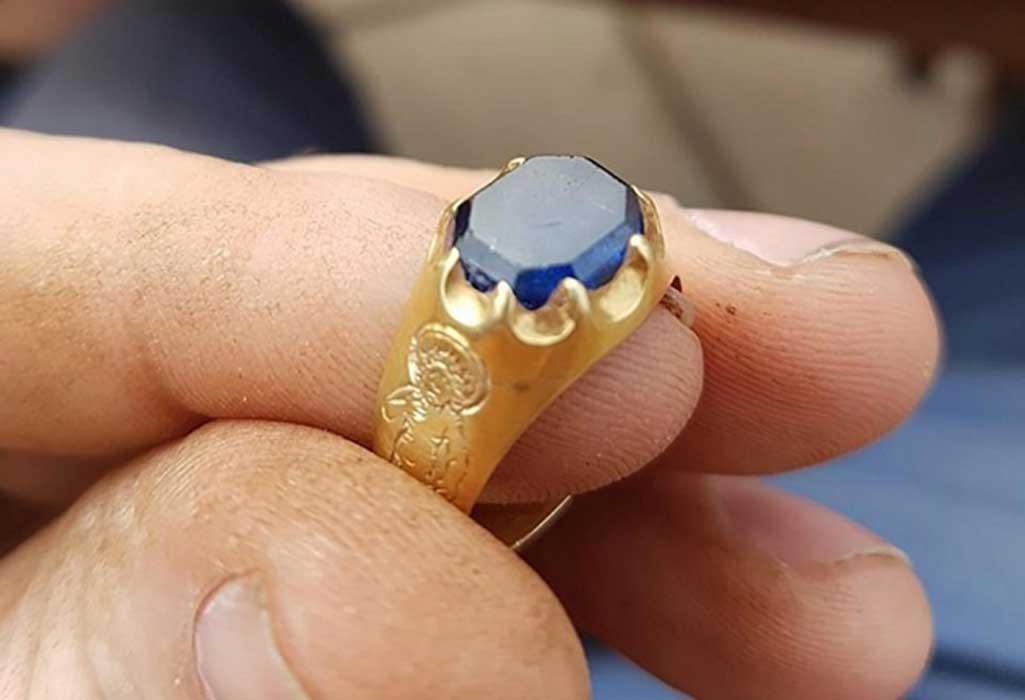 Portada - Los expertos han tasado el anillo en una cantidad que estaría entre los 25.000 dólares (20.000 libras) y los 87.000 dólares (70.000 libras). El hombre que lo descubrió, Mark Thompson, recibirá en cualquier caso una recompensa proporcional por el hallazgo de este anillo de oro con un zafiro engarzado. (Fotografía: Mark Thompson)