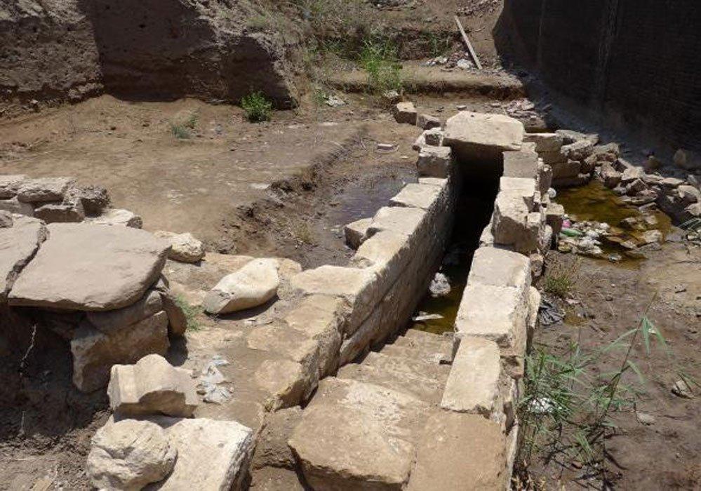 Portada - Estos escalones de piedra descubiertos recientemente en la antigua ciudad de Thmuis forman parte de un nilómetro, estructura empleada en la antigüedad para medir el nivel del Nilo durante sus crecidas. Fotografía: Greg Bondar, Tell Timai Project.