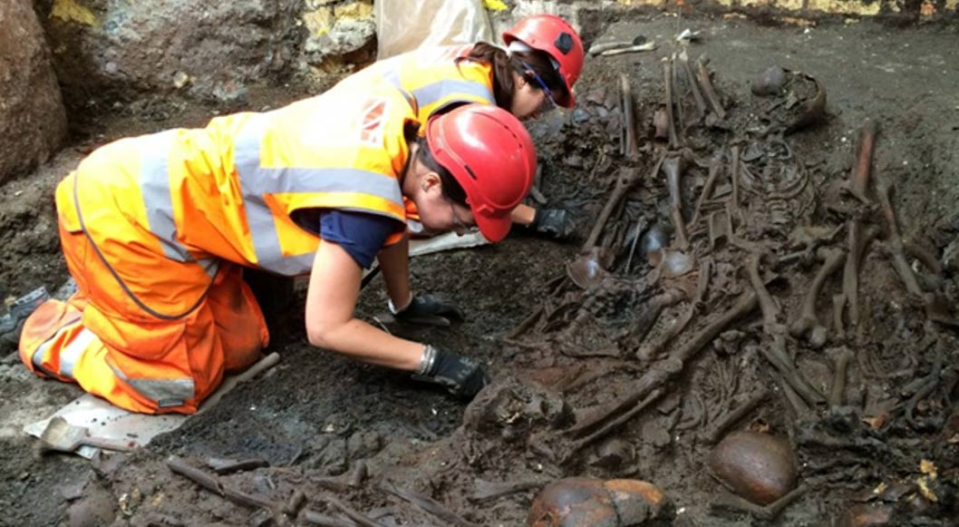 Portada-arqueólogos de Crossrail excavan lo que parece ser una fosa común en el cementerio del hospital de Bedlam (Foto: Crossrail)