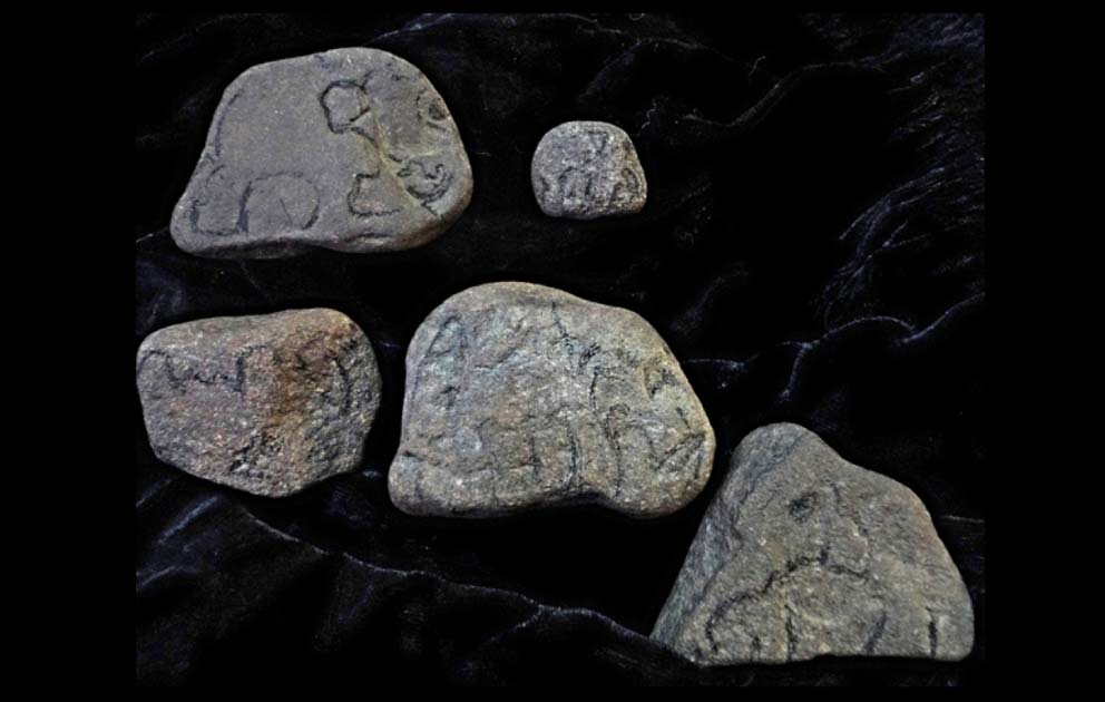 Portada - Pequeñas muestras de arte rupestre portátil nativo americano: 'piedras de elefante', efigies de mamut, grabados y tótems hallados en Pensilvania. Se ha encontrado arte rupestre portátil similar en todo el mundo. Fuente: Charlotte Keep/CC BY NC SA 2.0
