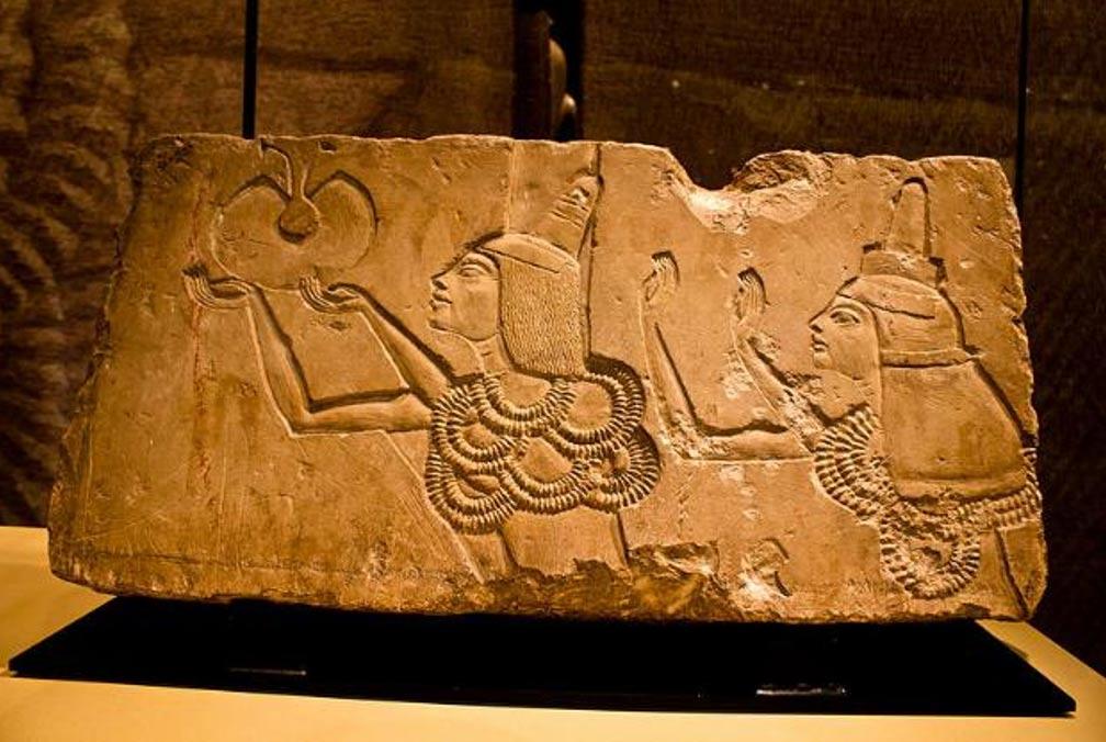 Portada-Este bloque de piedra muestra a Ay recibiendo la condecoración del 'Oro de Honor' de manos del faraón Akenatón en su tumba de Amarna. Fotografía: (Flickr/CC BY-SA 2.0)