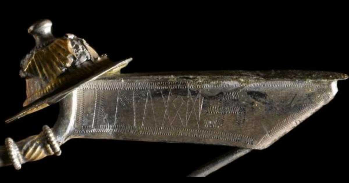 Portada - El broche descubierto en el aeródromo de Værløse fue inscrito con runas nórdicas y el antiguo símbolo solar de la esvástica, que los Nazis utilizaron para difundir su terrible ideología. Fuente: Museo Nacional de Dinamarca