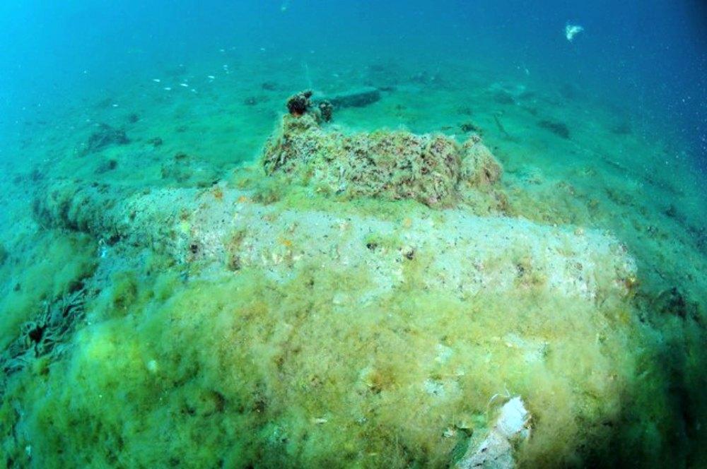 Portada-Uno de los tres cañones ingleses descubiertos, semienterrado en el fondo marino de Calpe. (Fotografía: La Marina Plaza)