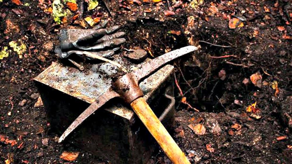 Portada - Fotografía de la cápsula del tiempo recuperada recientemente en los Pirineos Franceses. Los arqueólogos especulan con la posibilidad de que perteneciera a Julio Verne. (Fotografía: ABC)
