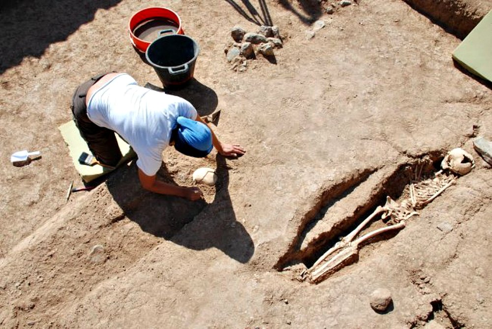Portada - Detalle del cementerio de esclavos del yacimiento de Finca Clavijo, en Gran Canaria. (Fotografía: EFE/José Guillén)