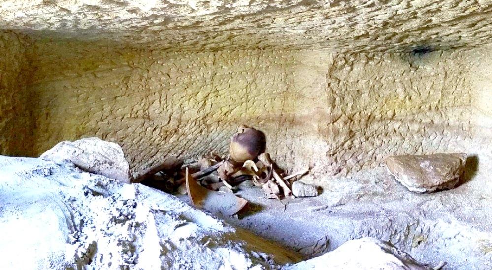 Portada - Restos óseos hallados en uno de los enterramientos. (Fotografía: El Mundo/Ministerio de Antigüedades Egipcio)