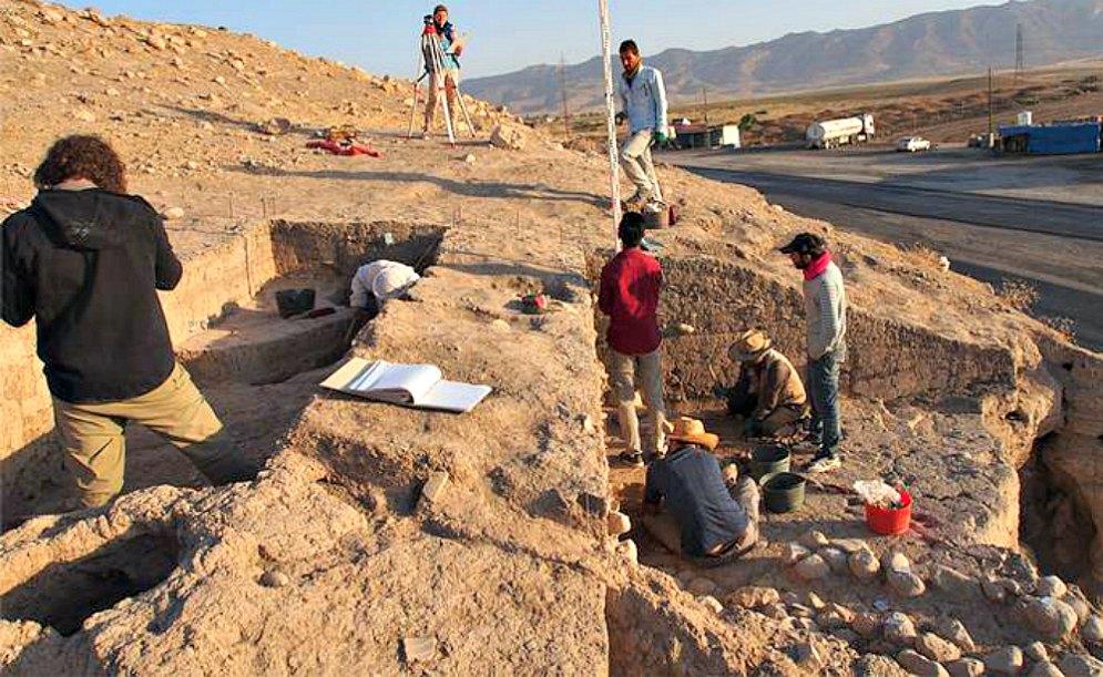 Portada - Excavaciones en la parte este del montículo, donde se hallaron varios fragmentos de tablillas con inscripciones cuneiformes. (Fotografía: Código Oculto).