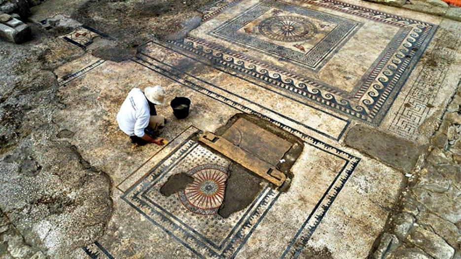 Portada - Arqueólogo trabajando sobre uno de los grandes mosaicos descubiertos recientemente en el sur de Francia. (Fotografía: RT/inrap.fr)