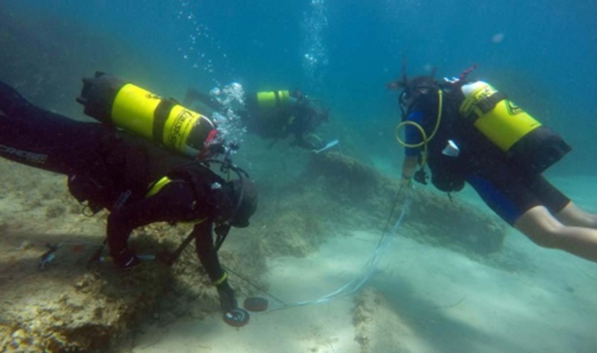 Portada - Arqueólogos submarinos en las costas de Nabeul, nordeste de Túnez, en el emplazamiento de la antigua ciudad romana de Neápolis. (Fotografía: Instituto Nacional Tunecino para el Patrimonio y Universidad de Sassari)