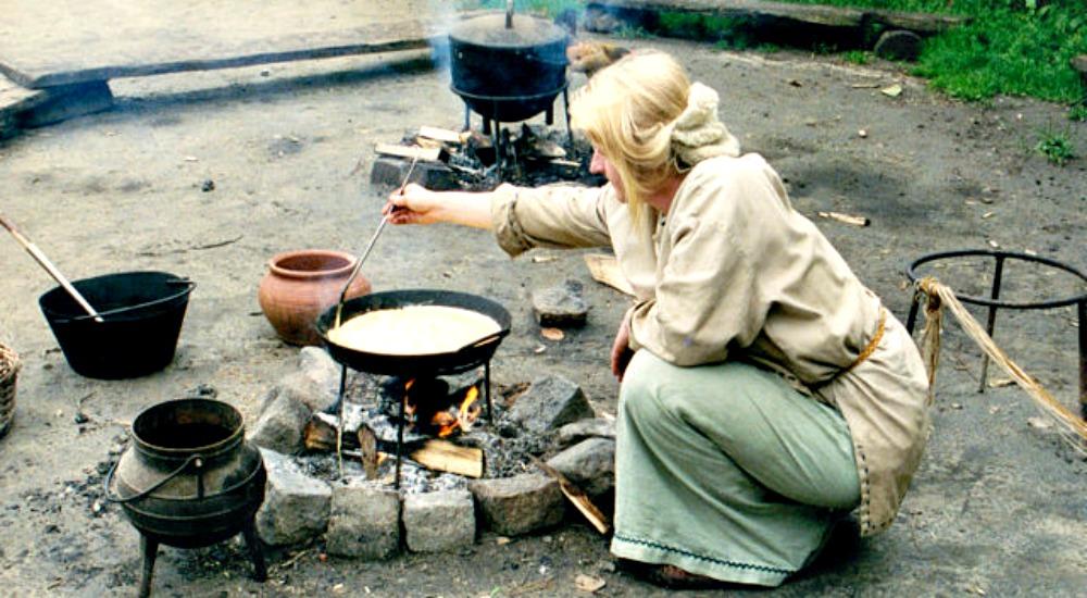 Portada - Recreación histórica de una antigua cocina de la Edad del Hierro al aire libre. (Peter van der Sluijs/GNU FDL)