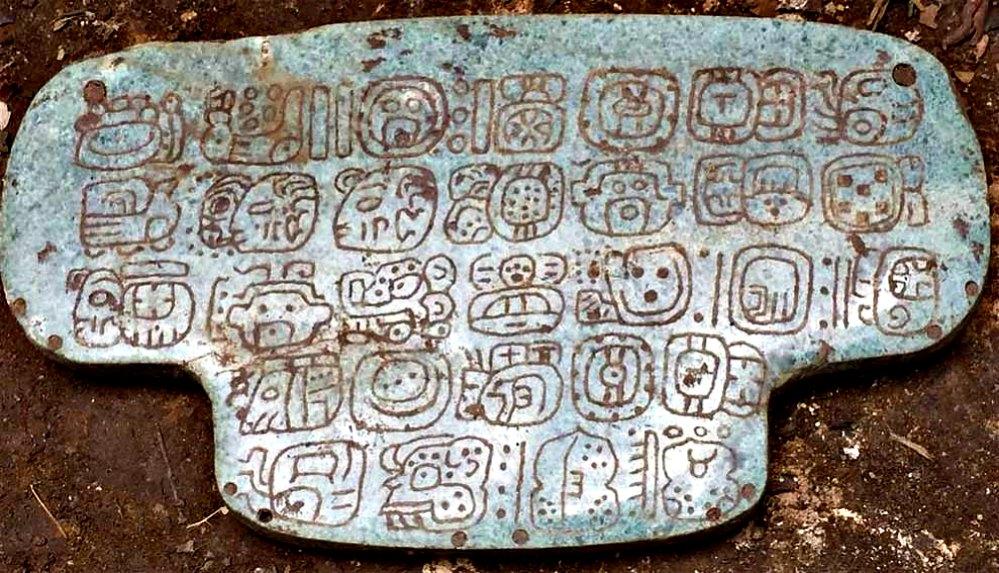 Portada - Primer plano del importante colgante de jade maya con inscripciones hallado en Belice. (Fotografía: Tribuna Salamanca)