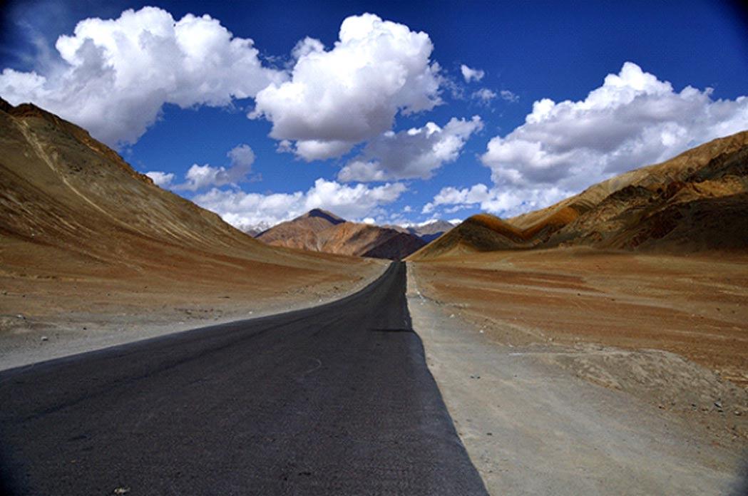 Portada - Colina antigravitatoria situada cerca de Leh, en la región india de Ladakh. Supuestamente, la colina posee propiedades magnéticas lo suficientemente fuertes como para arrastrar a los coches hacia arriba por la pendiente. (Fotografía: CC BY NC SA 2.0)
