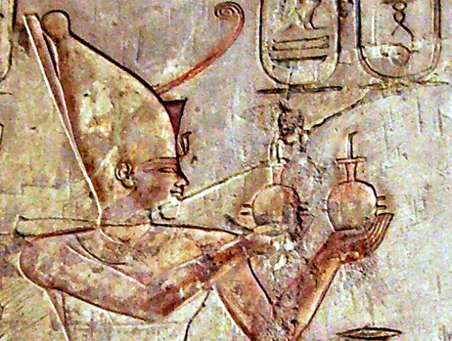 Portada - Detalle de un relieve con la efigie de Psamético I perteneciente a la tumba de Pabasa situada en Tebas, Egipto. (Public Domain)