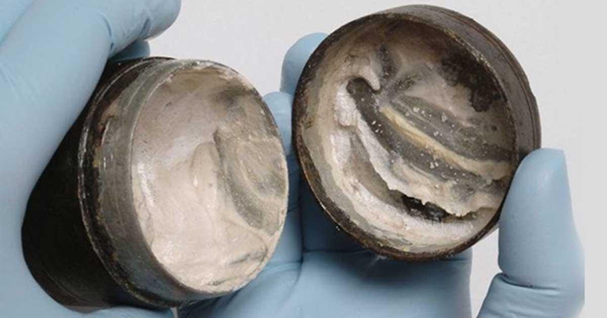 Portada - El antiguo bote romano hallado en Londres con crema cosmética de hace 2.000 años. Imagen: © Nature
