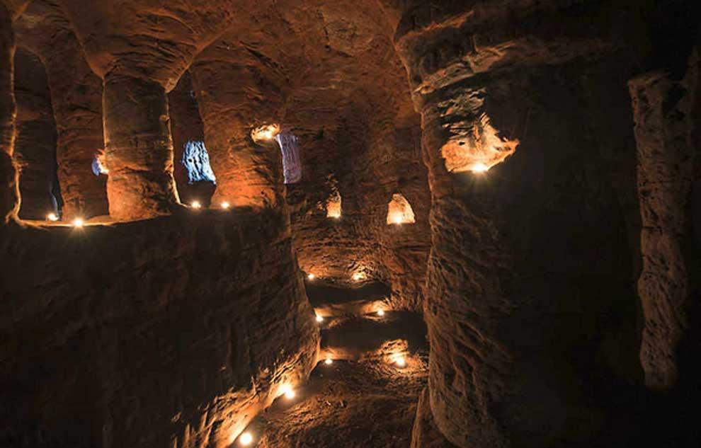 Portada - Fotografía reciente de las cuevas de Caynton a la luz de las velas. (Shropshire Star)