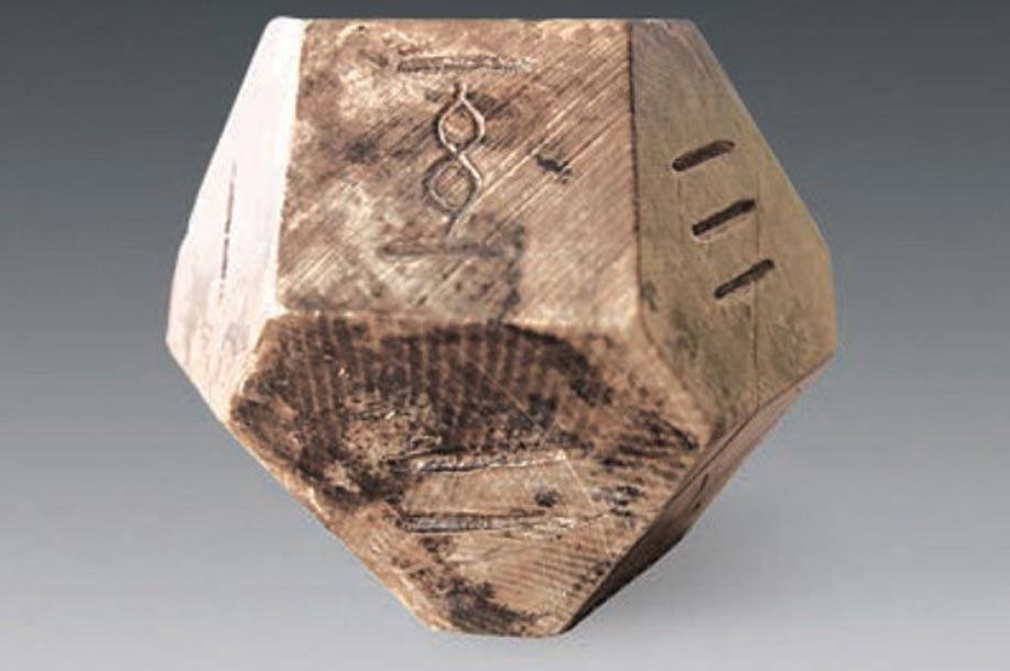 """Portada-Dado de catorce caras que pudo haberse utilizado en el antiguo juego del """"bo"""". Fotografía: Chinese Cultural Relics"""