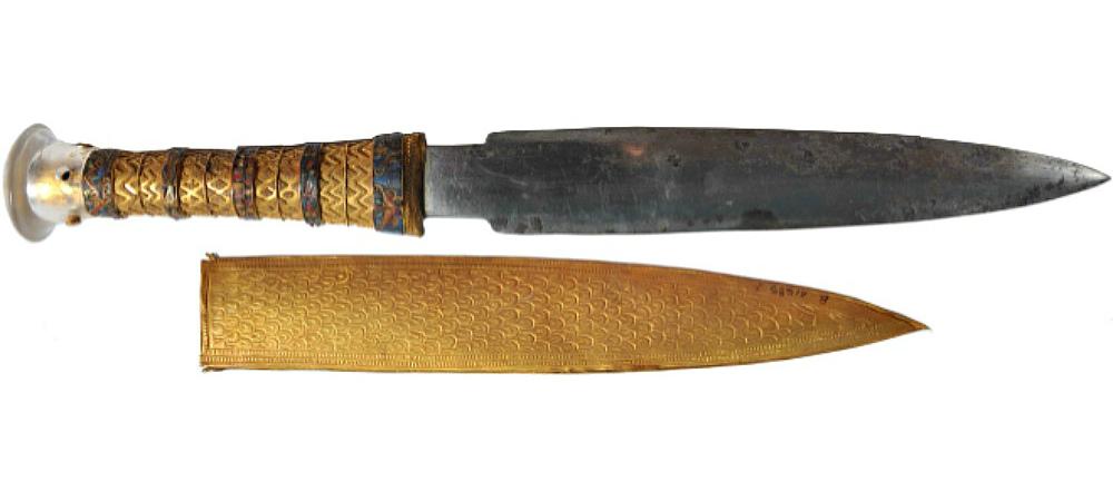"""Portada - La daga """"extraterrestre"""", cuya empuñadura está labrada en oro y decorada con motivos florales. (Fotografía: El Mundo)"""