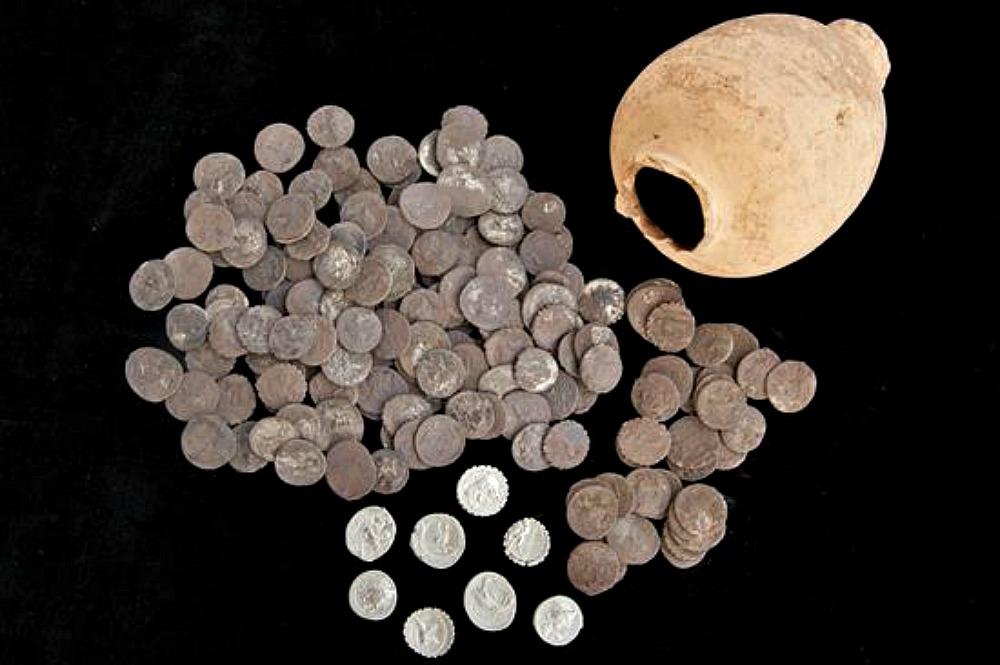 Portada - Los 200 denarios de plata romanos descubiertos recientemente en Ampurias y el ánfora en que se hallaban. (Fotografía: Canal Patrimonio/EFE)