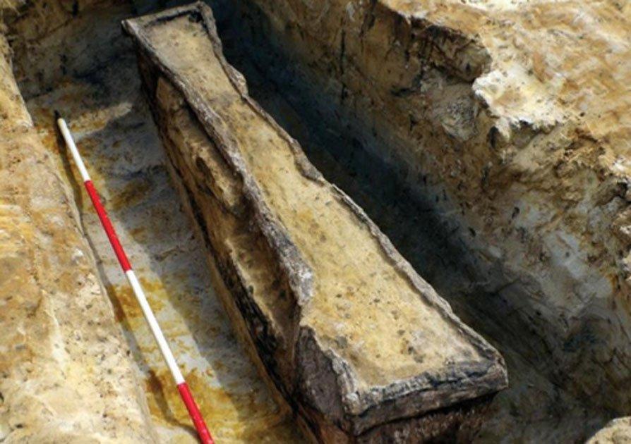 Portada - Dos antiguos ataúdes de plomo romanos han sido descubiertos recientemente en una cantera de Surrey. Fuente: Wessex Archaeology.
