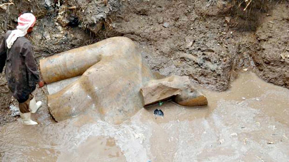 Portada - Parte del torso de una de las estatuas recuperadas del fango. (Fotografía: ABC)