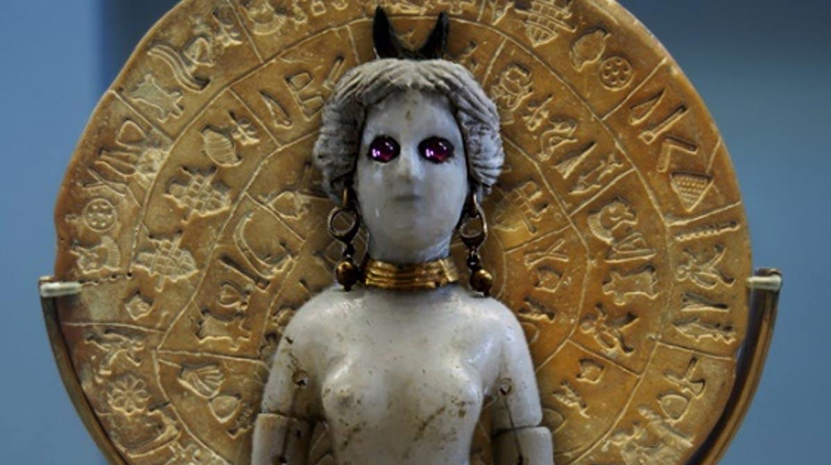 Portada-Cara B del enigmático Disco de Festos. (CC BY-SA 4.0) Figurita de la diosa Astarté con una luna creciente o cuernos en la cabeza. (Public Domain)