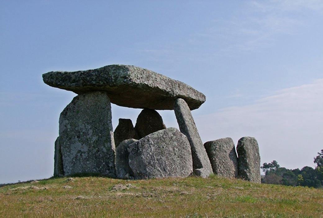 Portada - Los dólmenes o tumbas de pasadizo como éste de Anta da Orca (Portugal), podrían haber servido de observatorios en el Neolítico para avistar con mayor facilidad determinadas estrellas. (Fotografía: Alta Falisa/Wikimedia Commons)