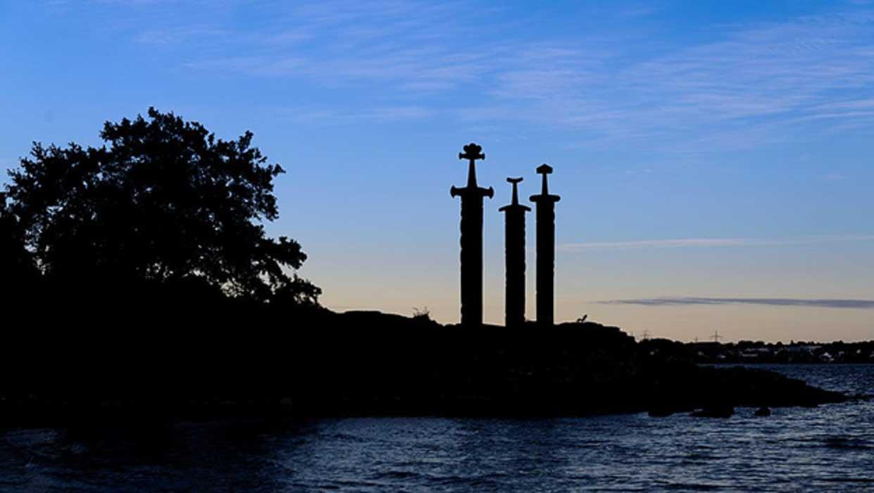 Portada - Monumento de las Espadas en la Roca, Hafrsfjord, Noruega. Fuente: CC BY-SA 4.0