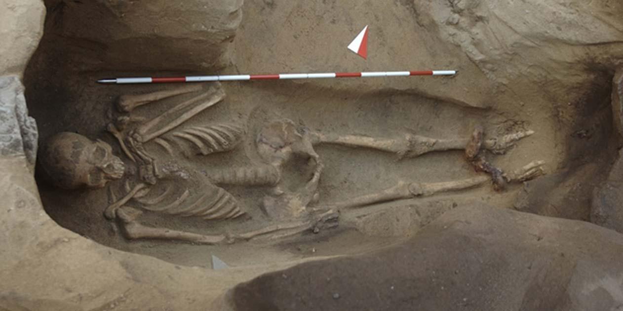 Portada - El esqueleto encadenado hallado recientemente en un enterramiento etrusco de Populonia, Italia. (Giorgio Baratti)