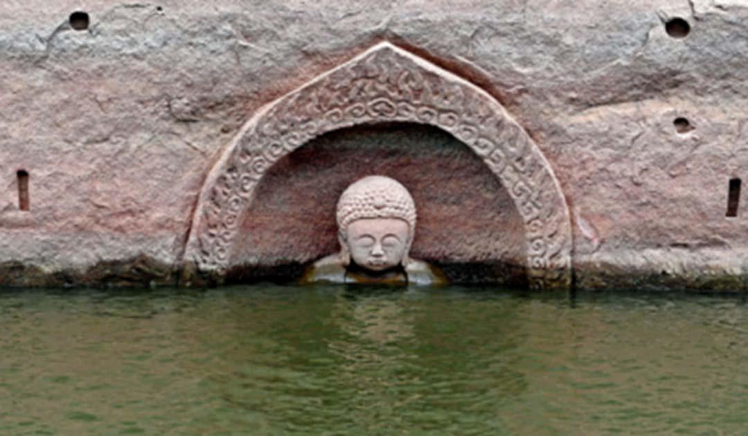 Portada - La cabeza de la estatua de Buda de 3,80 metros de alto ha quedado al descubierto al bajar el nivel de las aguas del embalse chino de Hongmen, creado en el año 1958. (Xinhua/Wan Xiang)