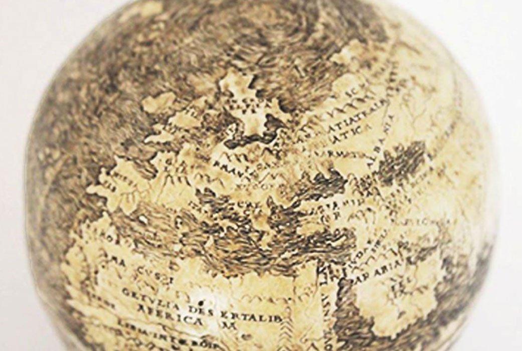 Este globo terráqueo de 1504 podría constituir la representación más antigua conocida del Nuevo Mundo. Curiosamente, está grabado sobre dos mitades inferiores de cáscara de huevo de avestruz unidas. Fotografía: Washington Map Society