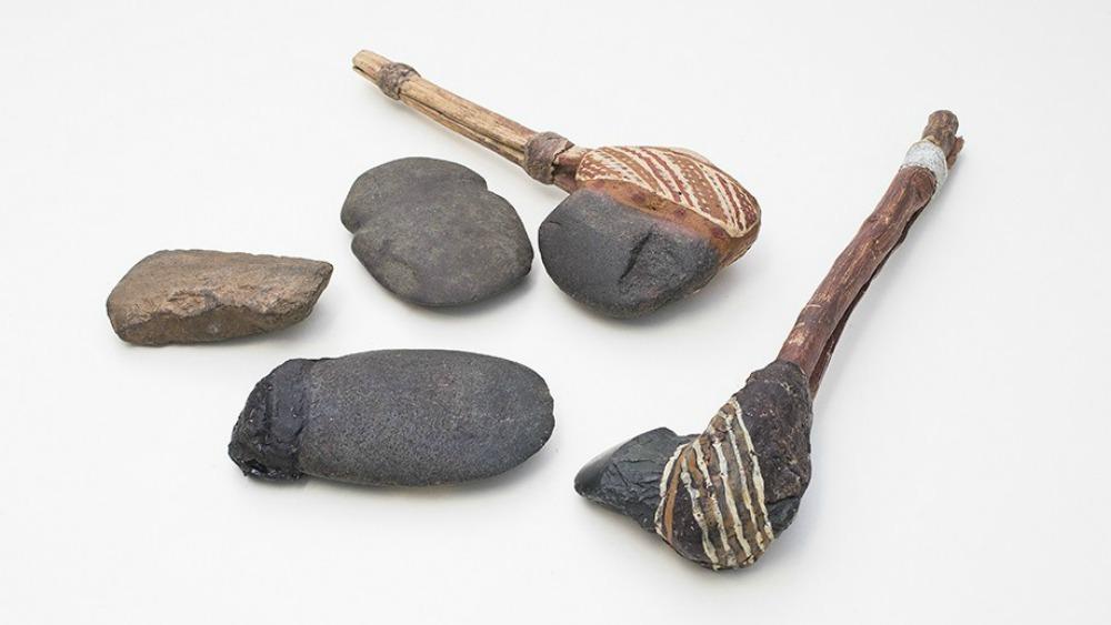 Portada - Otras hachas australianas muy similares a los fragmentos recuperados. (Fotografía: Stuart Hay/ANU)