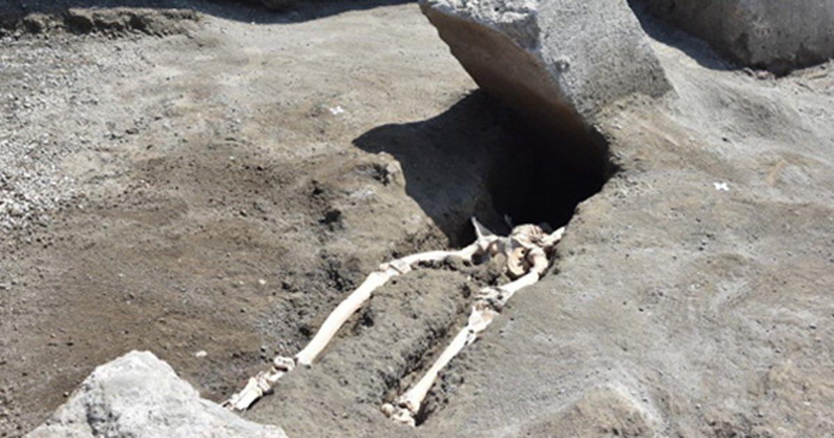 Portada - Los restos del hombre decapitado por una enorme piedra descubiertos recientemente en Pompeya. Fuente: Parco Archeologico de Pompeii.