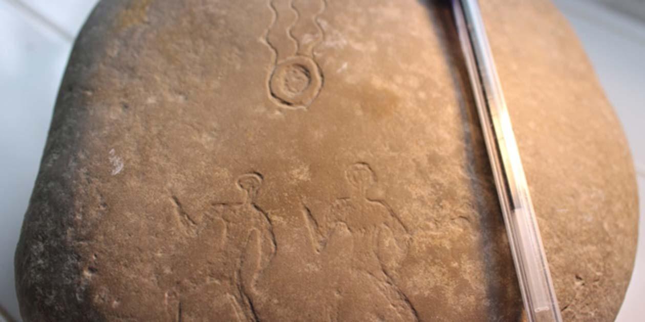 Portada - El descubrimiento de estos misteriosos petroglifos sugiere que en épocas antiguas se observó el paso de un meteorito en lo que hoy es Marruecos. Fuente: Abderrahmane Ibhi/MeteorNews