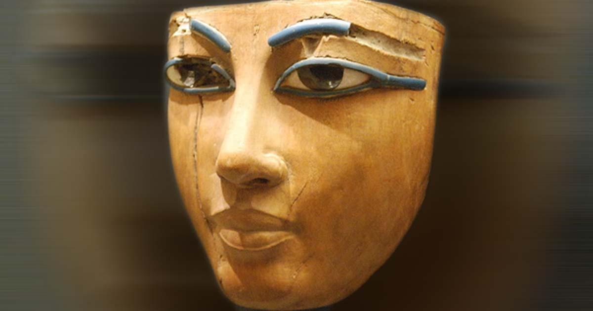 Portada - Antigua máscara funeraria egipcia, Museo del Louvre, París. (CC by SA 3.0 / Janmad)
